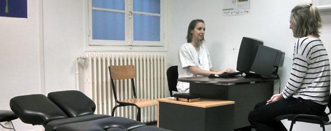 Consultation entre une ostéopathe de la clinique de Cachan de l'école dOstéopathie Ostéobio Paris et une patiente dans un bureau