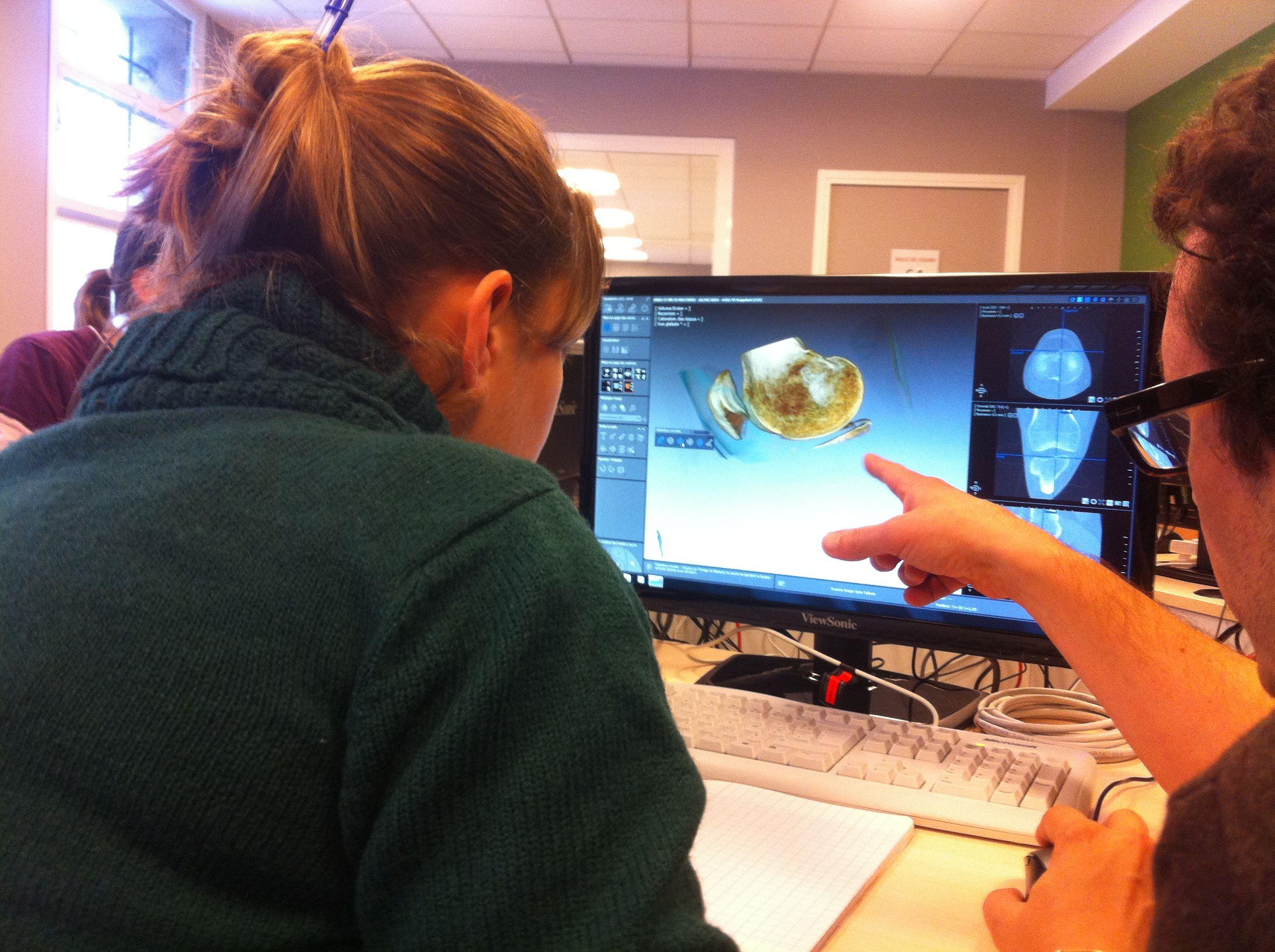Une étudiante et son professeur devant un ordinateur dans le laboratoire de recherche de la clinique ostéobio de Cachan de l'école d'ostéopathie Ostéobio Paris