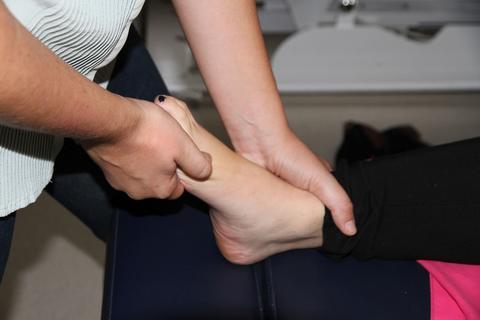 Photo d'une manipulation d'un pied d'étudiants en travaux pratiques de l'école d'ostéopathie Ostéobio Paris