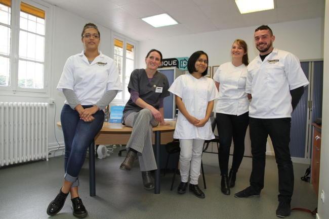 Professeur et ses élèves debouts à l'accueil de l'école d'ostéopathie Ostéobio Paris