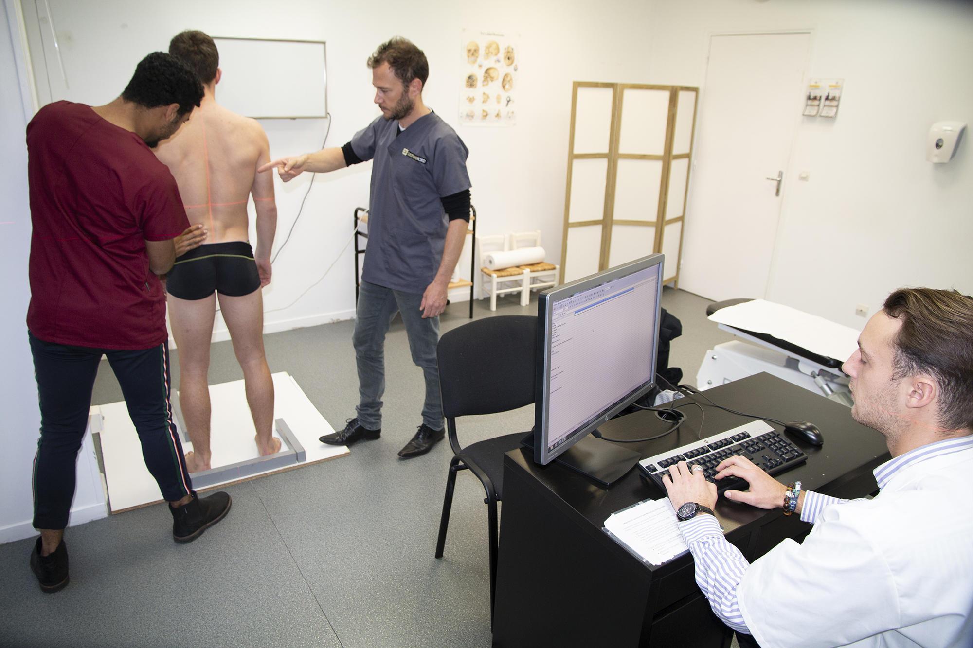 Une séance d'ostéopathie à la clinique de l'école Ostéobio