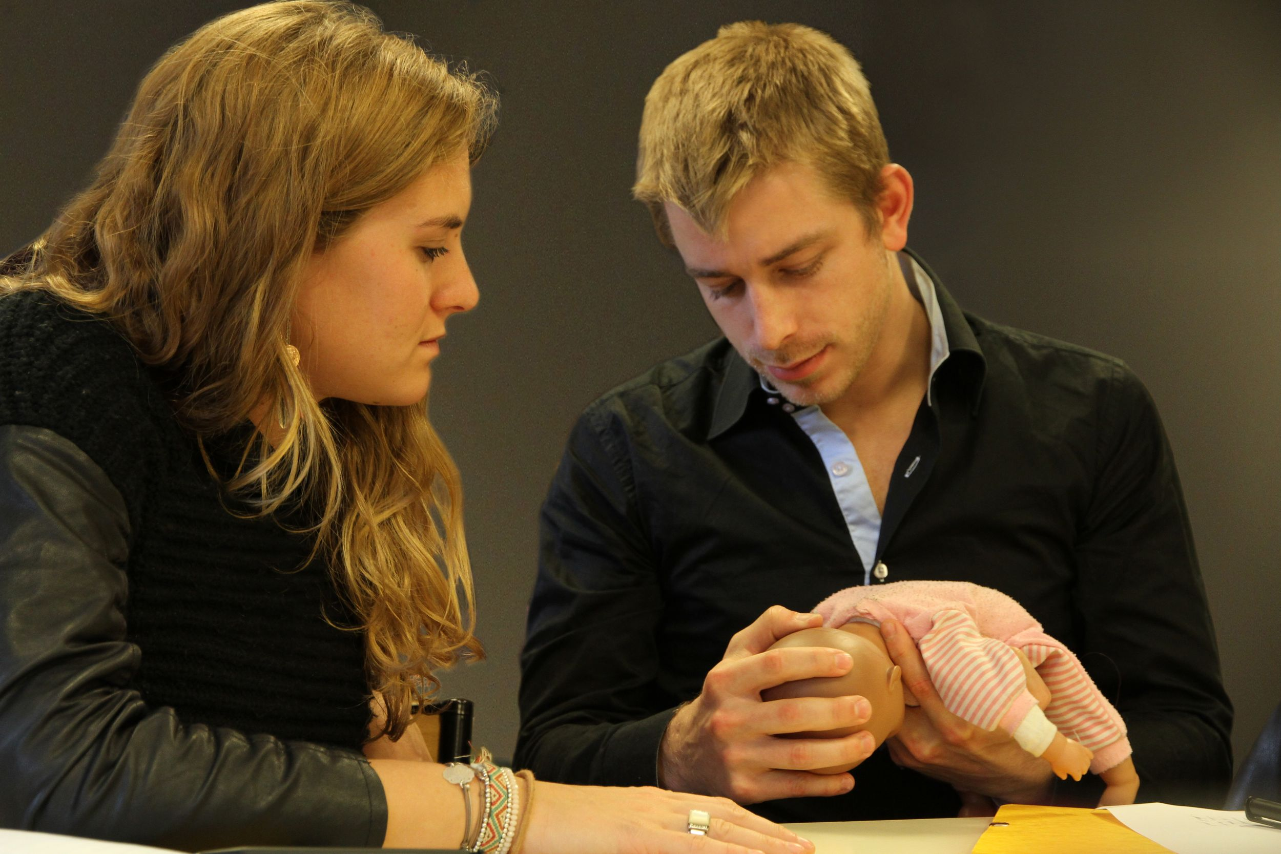 Photo de deux étudiants en travaux pratiques sur une poupée nourrisson de l'école d'ostéopathie Ostéobio Paris