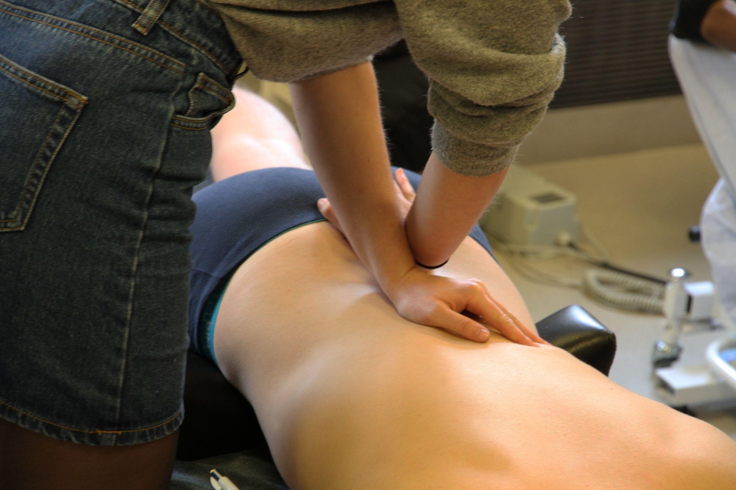 Photo des deux étudiants en travaux pratiques en formation initiale de l'école d'ostéopathie Ostéobio Paris